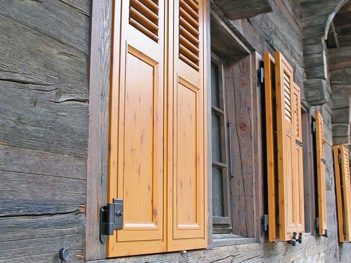Wood window shutters - Wood look